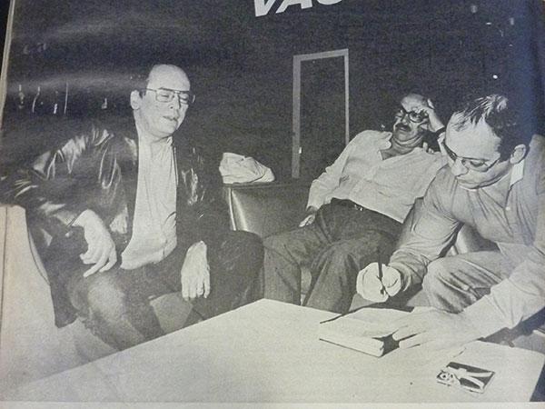 Castellanos (derecha) con abogados de Mario Firmenich, Río de Janeiro, 1983