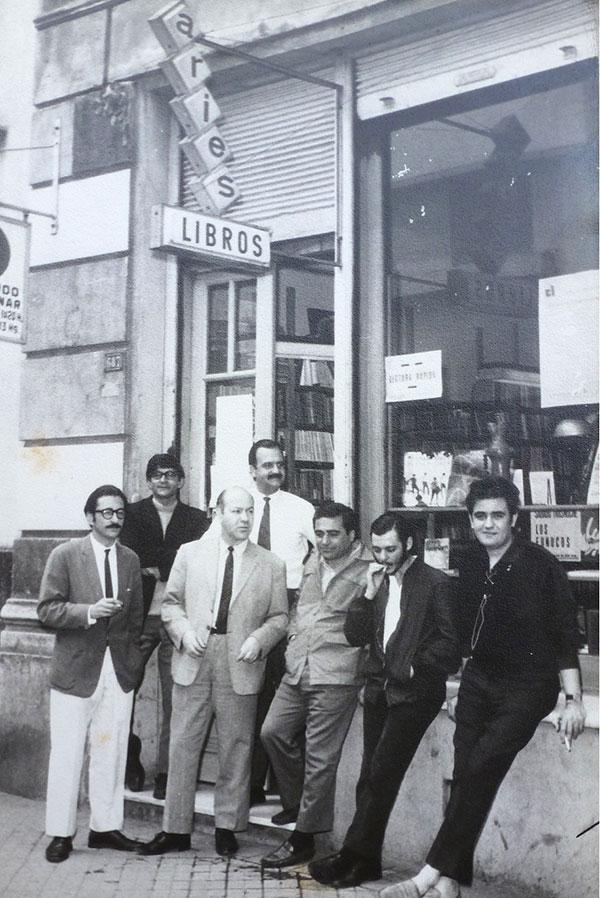 Castellanos en la librería Aries con poetas rosarinos (segundo desde la derecha)
