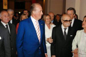 Lifschitz sonríe detrás de Juan Carlos I, rey de España